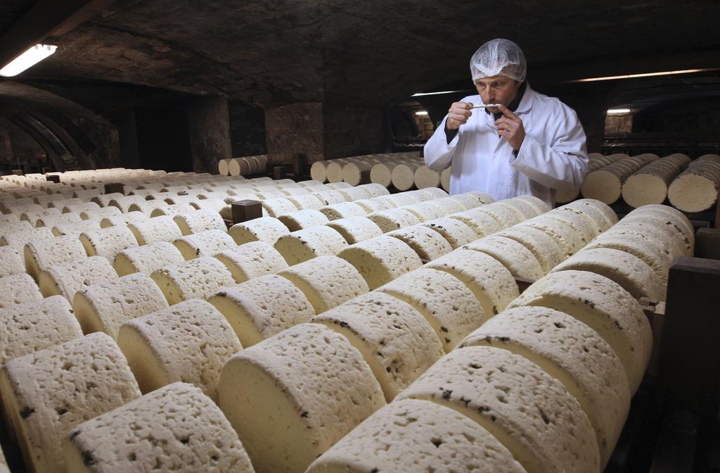 ブルーチーズの香りを確かめるチーズ生産者=2009年1月、フランス南西部ロックフォール(AP)