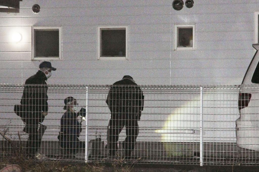 男性が倒れていた現場付近を調べる群馬県警の捜査員ら=24日午後10時10分、群馬県桐生市