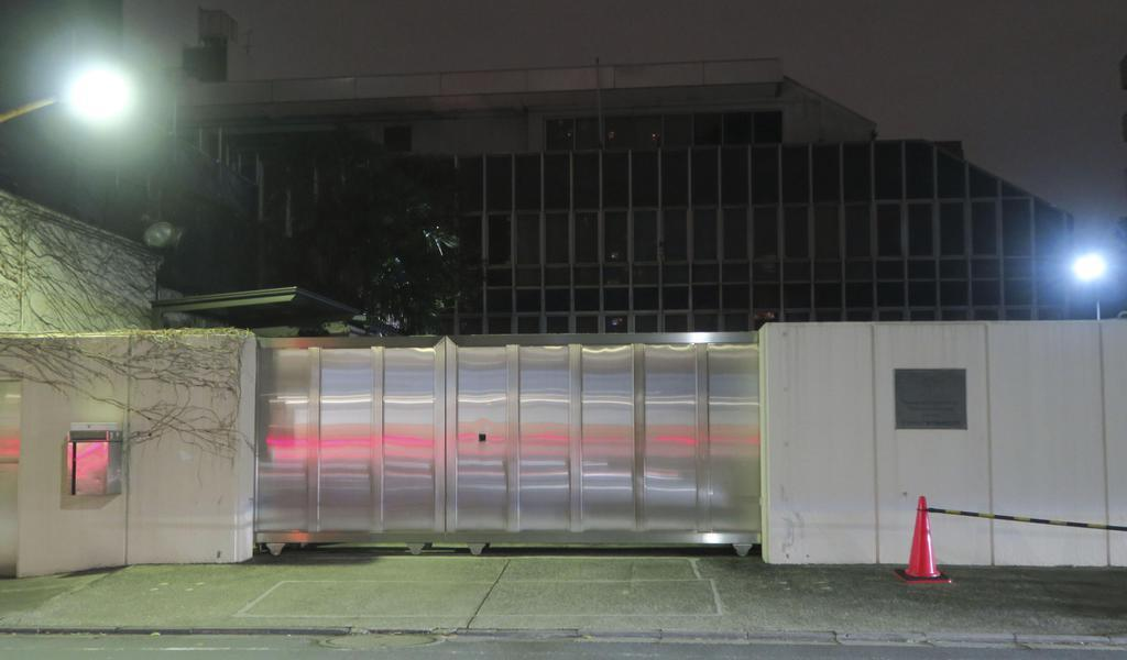 東京都港区の在日ロシア通商代表部=25日夜