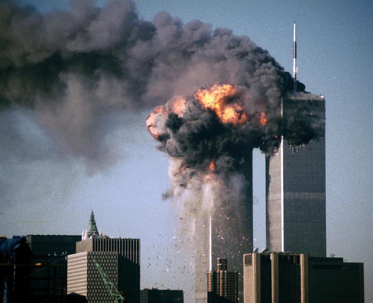 米中枢同時テロで爆発炎上するニューヨークの世界貿易センタービル=2001年9月11日(ロイター)