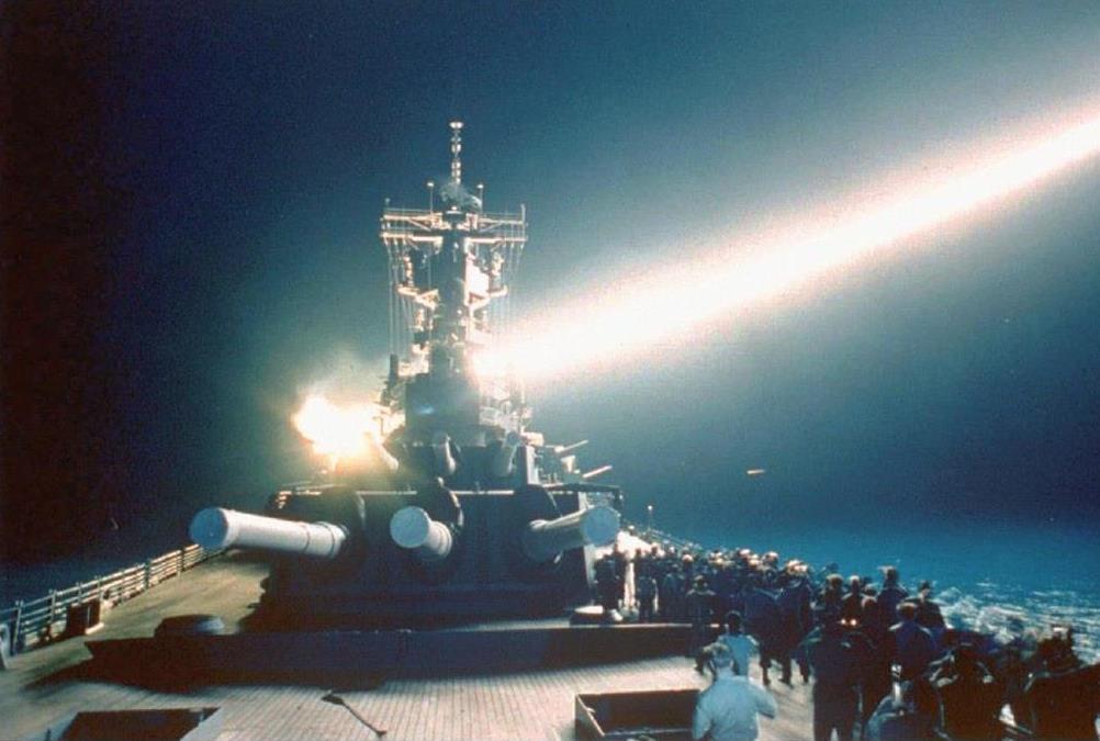 湾岸戦争でイラクに向け米戦艦から発射される巡航ミサイル。この戦争で核抑止への信仰が強まった=1991年1月(AP)