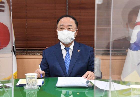 韓国の洪楠基(ホン・ナムギ)副総理兼企画財政部長官が16日、政府ソウル庁舎で「9月雇用動向」を主題にした関係長官会議(緑室会議)を主宰している。[写真 韓国企画財政部]