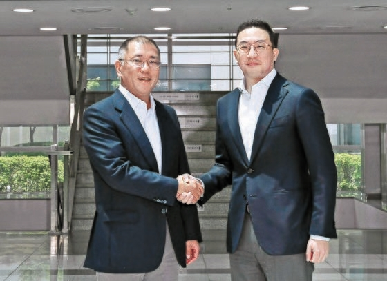 韓国現代車グループの鄭義宣(チョン・ウィソン)会長が6月22日、忠清北道(チュンチョンブクド)の梧倉(オチャン)LG化学電気自動車バッテリー工場を訪問して具光謨(ク・グァンモ)(株)LG代表と握手している。[写真 現代車グループ]