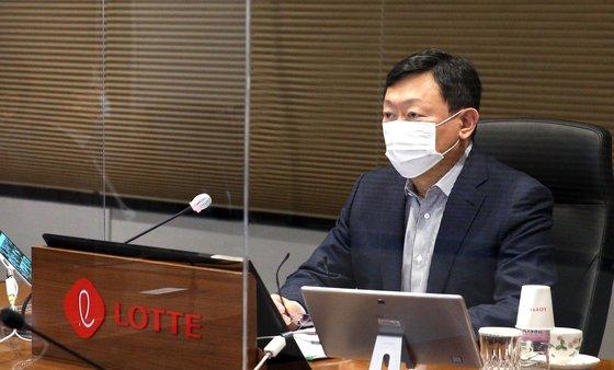 ロッテの辛東彬(シン・ドンビン、重光昭夫)会長が今月13日、テレビ会議形式で行われた「2021上半期ロッテVCM(Value Creation Meeting)」に参加している。[写真 ロッテグループ]