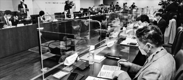 韓国政府は26日にソウルの中小企業中央会で第6回素材・部品・装備競争力強化委員会を開き、今年素材・部品・装備競争力強化に2兆6000億ウォンを投じることにした。シン・ギョンフン記者