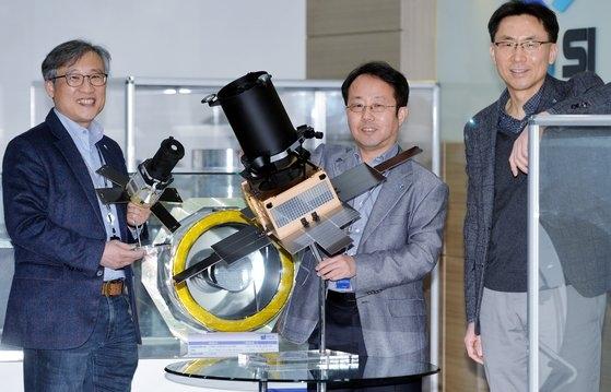 韓国唯一の人工衛星システム輸出企業「サトレックアイ(Satrec Initiative)」のパク・ソンドン理事会議長とキム・ビョンジン未来技術研究所長、キム・イウル代表(左側から)が27日午後、大田(テジョン)サトレックアイ研究所に集まり、中央日報紙とのインタビューの後でポーズを取っている。同社は1999年、KAIST(韓国科学技術院)人工衛星研究センター出身の人材が集まって設立された。韓国初の衛星であるKITSAT-A(ウリビョル1号)をはじめとする各種科学衛星を独自技術で開発するなど韓国唯一の衛星輸出専門企業だ。最近、ハンファグループのグローバル防衛産業企業「ハンファエアロスペース」はサトレックアイを買収し、現在その最終段階にある。サトレックアイは買収後も現経営陣による独自の経営を続けていく方針だ。フリーランサー キム・ソンテ
