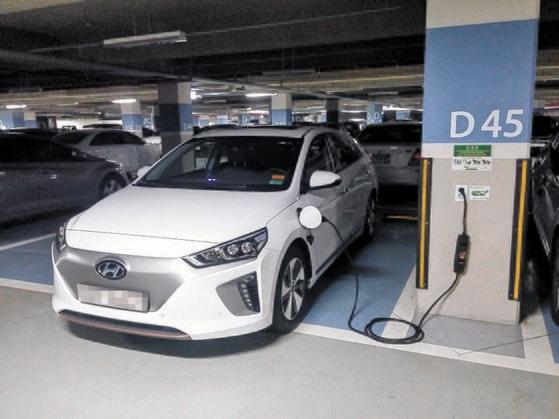 駐車場で充電中の電気自動車[写真 大邱(テグ)市]