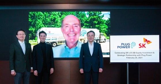 SKとプラグパワーが25日、オンライン投資記念式を開いた。左から兪柾準SK E&S副会長、チュ・ヒョンウクSK E&S社長兼水素事業推進団長、アンドリュー・マーシュ・プラグパワーCEO、張東鉉SK社長。[写真 SK]