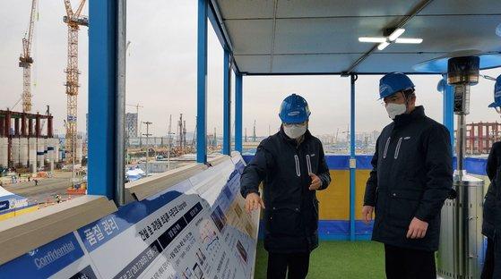 サムスン電子の李在鎔副会長が新年最初の業務開始日である1月4日、京畿道平沢にあるサムスン電子平沢第2工場を訪れ関係者らの説明を聞いている。[写真 サムスン電子]