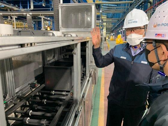 世宗市にあるポスコケミカル負極材工場内部。5階建てビルの高さがある設備で天然黒鉛の表面処理工程が進められる。[写真 ポスコケミカル]