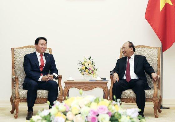 韓国SKグループの崔泰源(チェ・テウォン)会長(左)が2018年、ベトナムのグエン・スアン・フック首相と会談をしている。グエン首相は5日、国家主席に就任した。[写真 SKグループ]