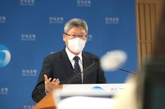 韓国銀行のイ・ソンホ金融統計部長が7日、韓国銀行で2021年2月の国際収支(速報値)の主要特徴を説明している。[写真 韓国銀行]
