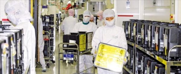 半導体品薄現象が自動車と携帯電話を超え全産業現場に影響を及ぼしている。一部半導体チップ価格は昨年末より10倍以上高騰し、半導体がなくて新製品発売を延期する企業も続出している。京畿道利川にあるSKハイニックスの半導体工場生産ライン。[韓経DB]