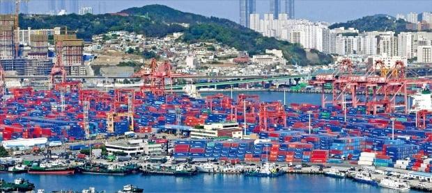 <幾重にも貯まる輸出貨物…これほどの大乱はなかった>「第2次海運貨物大乱」が本格化し、韓国最大の貿易港である釜山港が深刻な物流停滞現象に陥っている。先月30日、釜山北港ヤードには空いたスペースが見つからないほどコンテナがぎっしりと積まれている。シン・ギョンフン記者