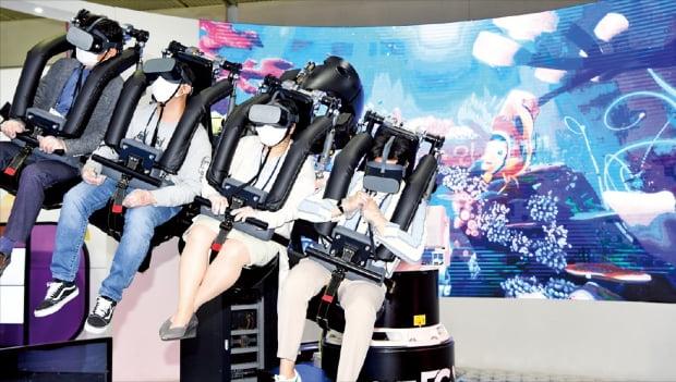 4月にソウルのCOEXで開かれたワールドITショーを訪れた市民がSKテレコムが公開したバーチャルリアリティ(VR)サービスを楽しんでいる。ホ・ムンチャン記者